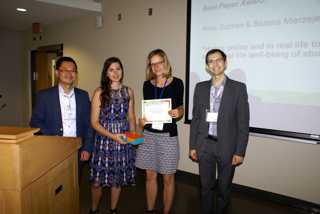 "Best Paper Award: Anne Suphan & Bozena Mierzejewska ""Happy online and in real life too? How social media interactions affect real life well-being of students in US & Germany"""